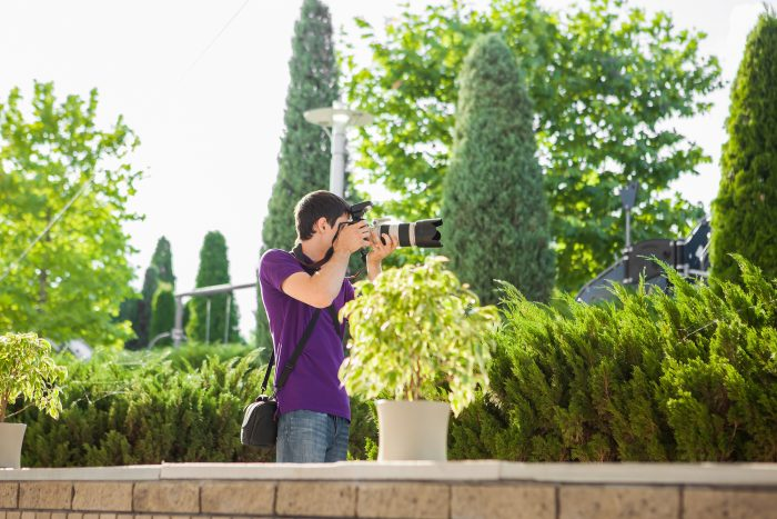 wedding photographer in a garden