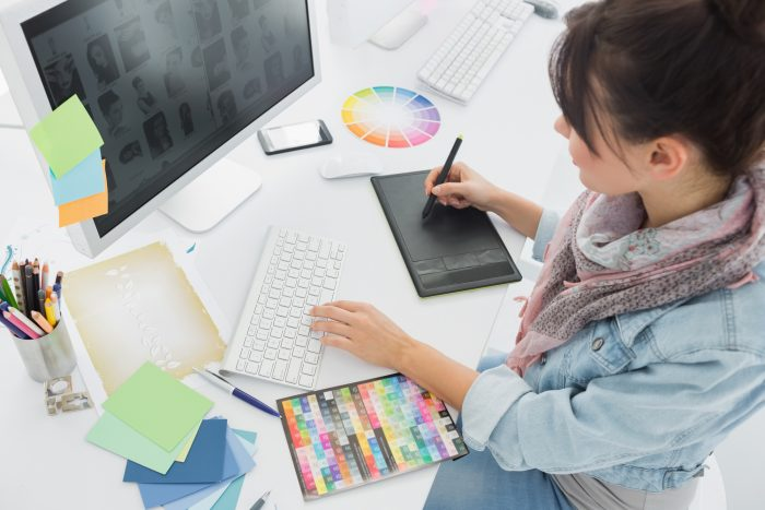 girl managing colors on gimp vs photoshop comparison